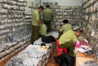 Thousands of fake products bearing famous brands are seized at the Ninh Hiep wholesale market